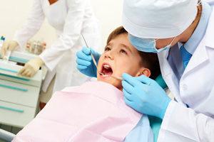 Usluga po udaleniyu detskih molochnyh zubov